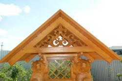 Резная крыша домика над колодцем