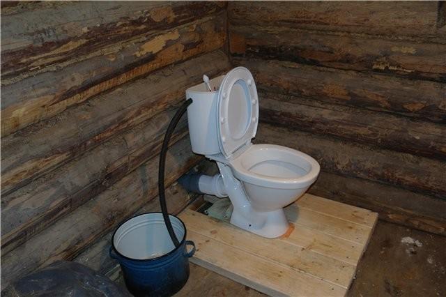 Как сделать слив в дачном туалете