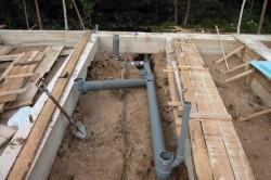 Укладка канализационных труб на этапе строительства.