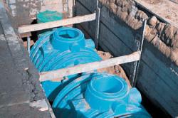 Чтобы избежать нарушения наклона канализации и разгерметизации трубопроводных стыков, пластиковый септик необходимо забетонировать.