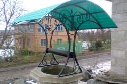 Поликарбонатная крыша домика над колодцем