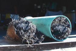 Труба, выводящая стоки из дома, не должна засоряться.