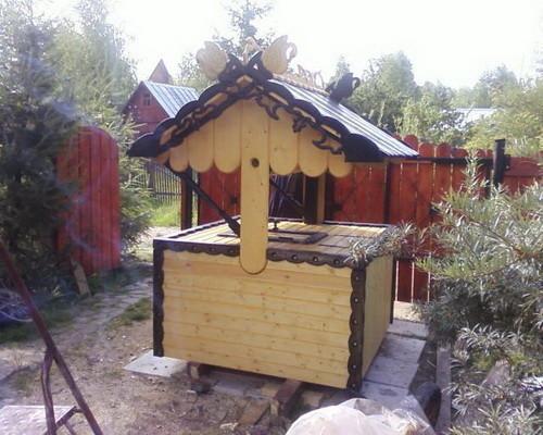 Резной домик над колодцем