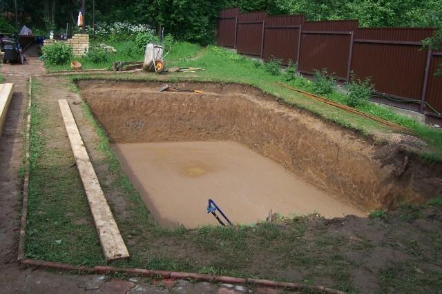 Размеры котлована должны быть больше габаритов бассейна примерно на 40 см.
