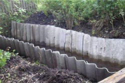 Укрепление дренажной канавы шифером