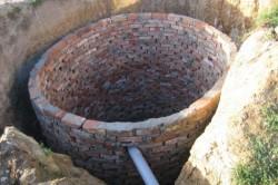Кирпичная кладка в выгребной яме