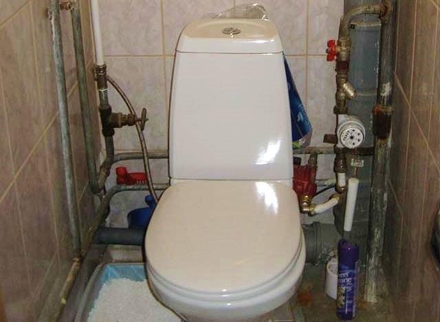 Truby-v-tualete