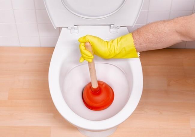 Самостоятельно устранить засор в унитазе в домашних условиях 655