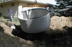 Установка бетонных колец в котлован.