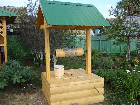 Вырыть колодец для дачи можно своими руками.  Добавив немного выдумки в оформление, можно сделать из него не только источник чистой воды, но и украшение участка.