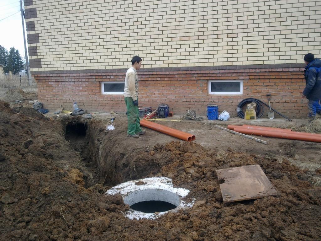 Из фундамента дома делается канализационный отвод для дальнейшего соединения с трубопроводом.