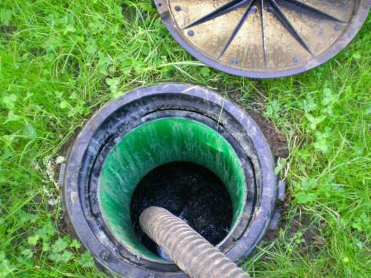 Перед тем, как начать ремонтировать выгребную яму, необходимо  из нее выкачать всю жидкость .