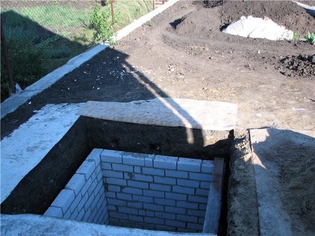 Как сделать выгребную яму из кирпича своими руками