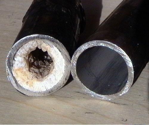 Жировые отложения в канализационной трубе
