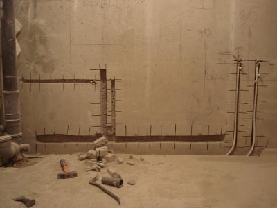 Трубы в стене ванной комнаты
