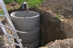 Установка железобетонных колец для сливной ямы