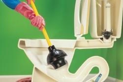 Процесс чистки засоров при помощи вантуза