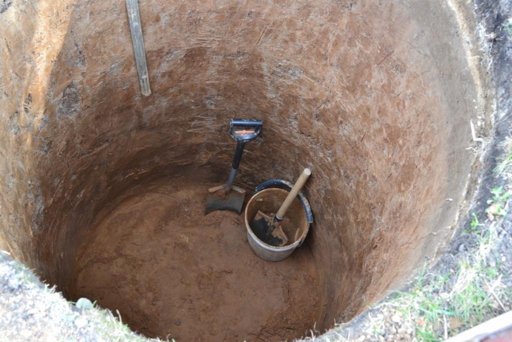 Рытье ямы для колодца лучше осуществлять осенью.
