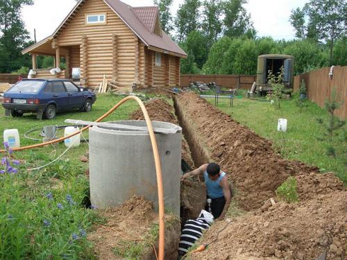 Для того, чтобы вода не застаивалась возле бани, необходимо соорудить сливную яму. Для этого приходится прокладывать трубы от бани до ямы.