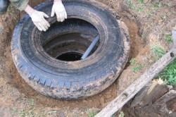 Во избежание разрушения грунта в сливную яму, необходимо укреплять стенки сливной ямы.