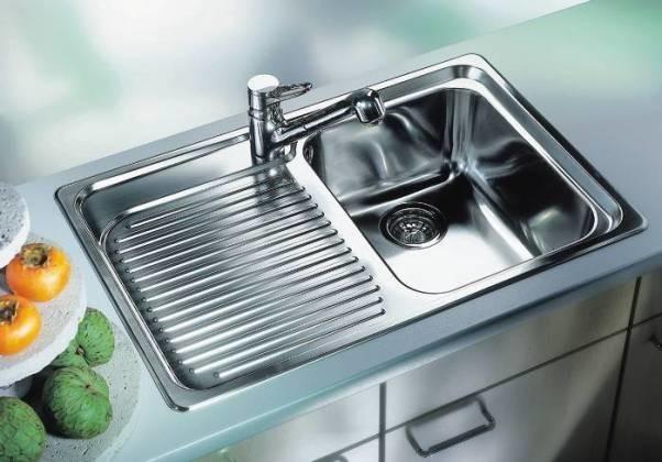 Пахнет из раковины на кухне: как устранить проблему?
